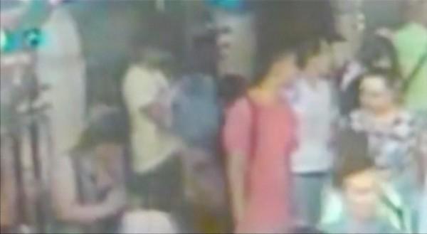 泰國曼谷爆炸案後,當局指稱有至少10人涉案,畫面中黃衣男子被視為主嫌,也被點名的紅衣和白衣男子今天出面自首,表示自己只是普通導遊,與爆炸案無關。(路透)