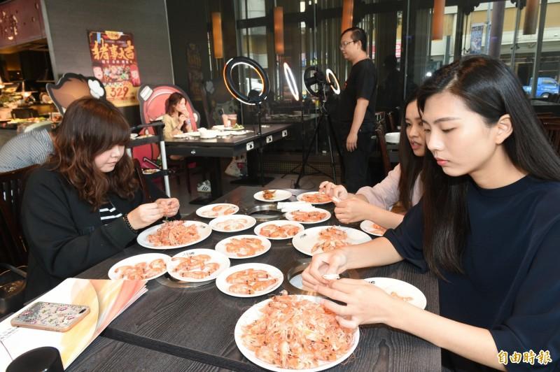 中國人愛吃小龍蝦,竟衍生新興職業!今年4月就有企業招聘剝蝦師,當菜品上桌後,除了要能在半小時內剝完約1.5公斤的小龍蝦,還須與客人講解互動,一天大約須剝200隻蝦,月收入可達新台幣4.5萬元。(示意圖)