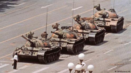 1989年民運時「坦克人力抗血腥鎮壓」畫面,震驚全球,畫面中這位「坦克人」迄今下落不明。(圖擷取自網路)