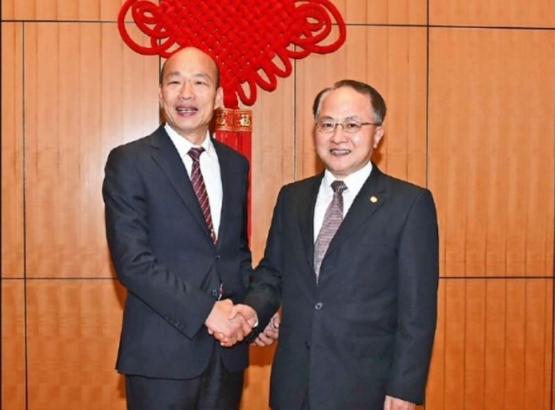 高雄市長韓國瑜22日訪問香港,並與中聯辦主任王志民(右)見面。(取自中聯辦官網)