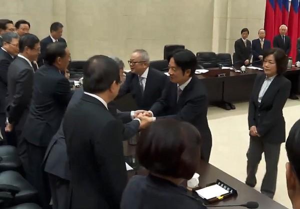 赖清德一一与阁员握手。(图撷取自行政院直播)