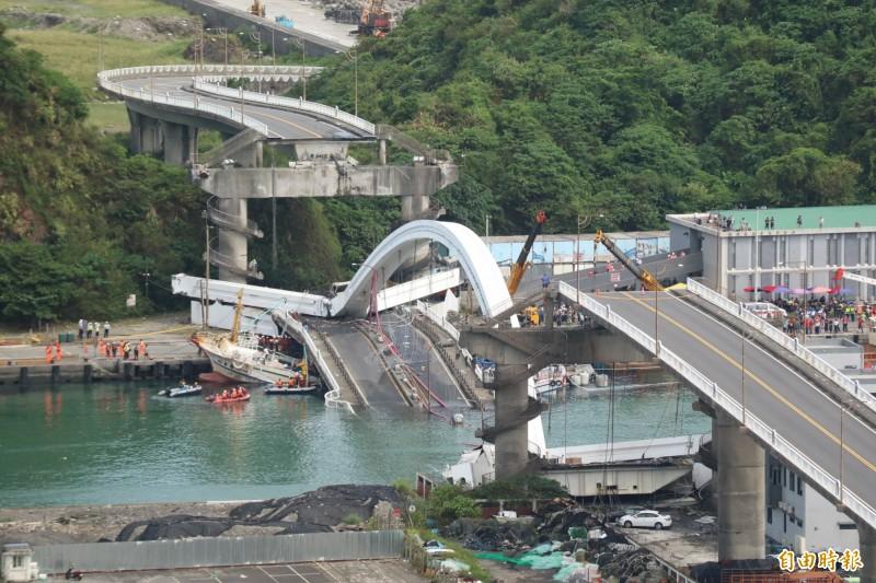 宜蘭縣南方澳跨港大橋去年10月1日發生倒塌事件,造成6人罹難、13人受傷之重大傷亡,交通部公路總局日前已完成分析調查報告並陳報交通部。(資料照,記者王錦義攝)