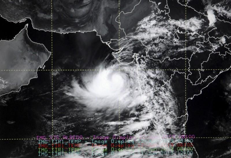 持續增強的熱帶氣旋「Vayu」預計13日從印度西北部登陸,當局正試圖撤離沿海地區30萬名居民。(美聯社)