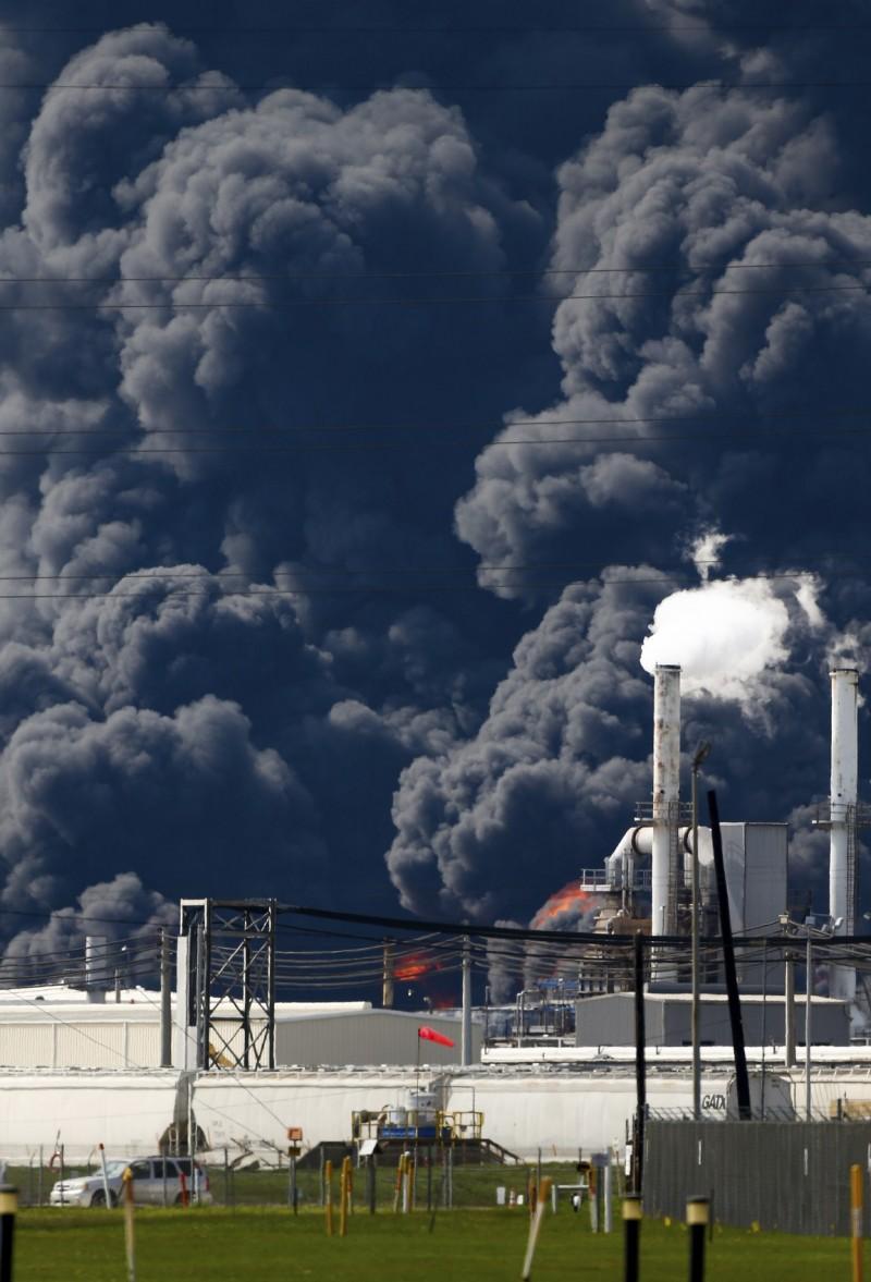 一家隸屬於洲際碼頭公司(Intercontinental Terminals Company, ITC)的化學工廠於17日發生大火,該工廠主要是製造用於汽油混合物和油漆稀釋劑的化學物品,在火勢延燒後,產生的橘紅色火焰與黑色煙霧籠罩附近區域。(美聯社)