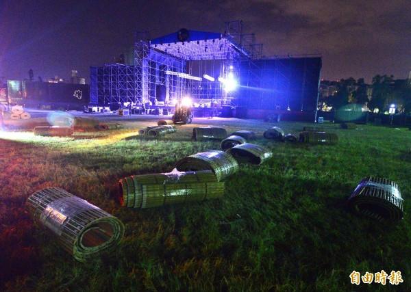 「中國新聲音」在台大出借場地引起學生抗議,24日晚間進行舞台拆除作業。(記者王藝菘攝)