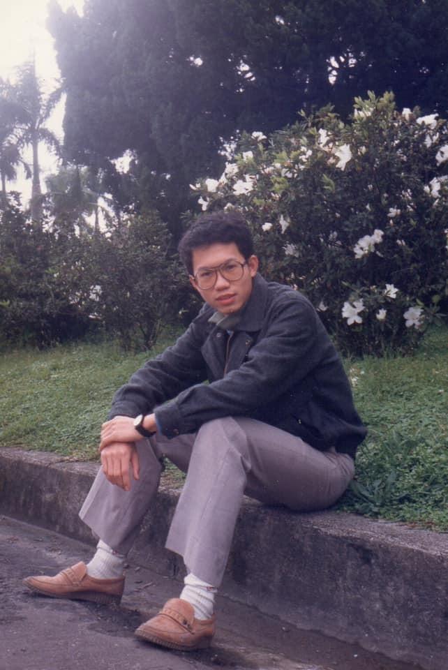 桃園市長鄭文燦拿出自己的舊照,開玩笑說「看來是個擅長發福的夥伴呢(摸下巴)」。(圖取自臉書粉絲專頁《貓與邪佞的手指》)