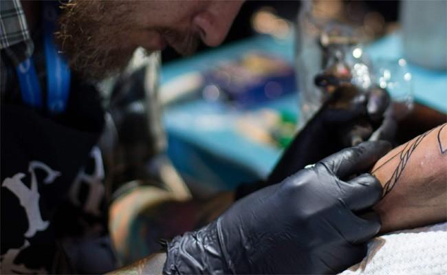 一名刺青師日前在臉書上抱怨,表示平常會接到很多奇奇怪怪的客人。示意圖,與本新聞無關。(法新社資料照)