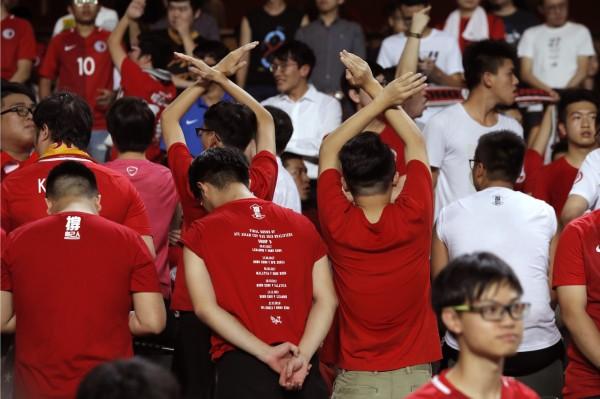 中國國歌響起時,約有百位球迷轉身背對球場,全程發出噓聲。(美聯社)
