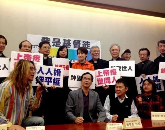 民進黨立委蕭美琴邀集11名基督教牧師出席「支持婚姻平權」記者會,現場高呼「神愛世人,婚姻平權」、「我是基督徒,支持婚姻平權」。(圖片截取自蕭美琴服務處)
