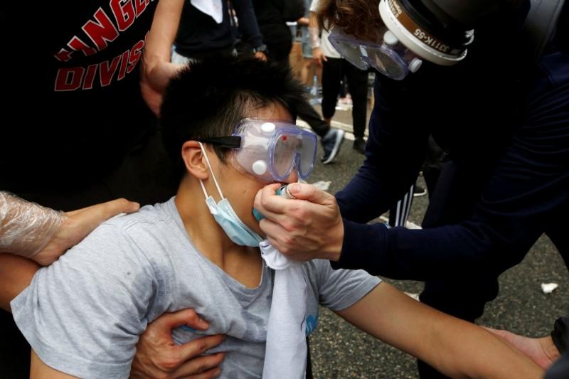 香港反送中示威昨天遭到警方以催淚彈、布袋彈、橡膠子彈等武器強力驅離,統計至今早11時已有79人受傷。(路透)
