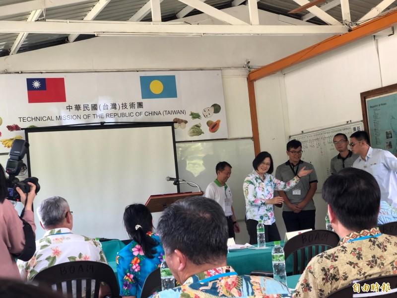 蔡英文總統今天下午視察駐帛琉技術團,肯定技術團為台帛穩固邦誼的付出,以頂尖農業技術讓世界看見台灣,是台灣的驕傲。(特派記者蘇永耀攝)