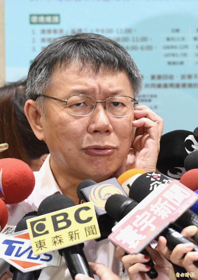 前立委沈富雄稱台北市長柯文哲「聲勢如江河日下」,柯文哲舉例表示,如果蘋果還在賣電腦的話,這家公司早就在地球上消失,所以現在賣iPhone,強調內容不斷改變,才會長存。(資料照)
