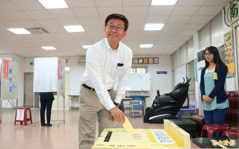 民進黨台南立委候選人郭國文今早到善化投票。(記者萬于甄攝)