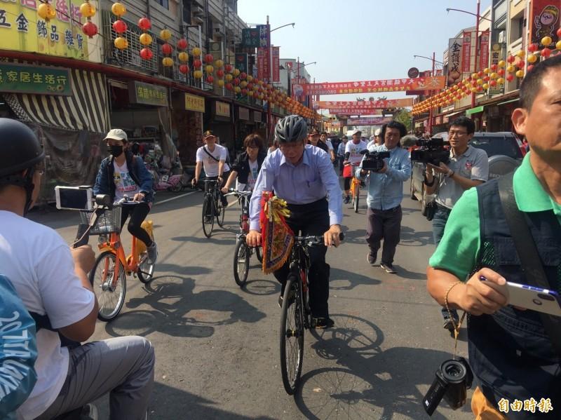 台北市長柯文哲月初參加大甲媽祖遶境,最後徒步累壞,改騎腳踏車,議員爆料台北市立聯合醫院還出3台遊覽車一同遶境。(資料照)
