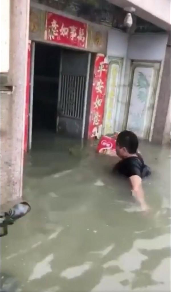 汕頭的民眾也自發性的組成救援隊,到處為受困災民運送物資。(圖擷取自微博)
