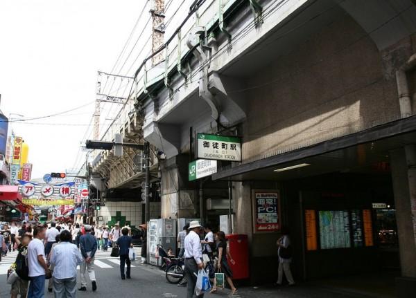 日本10日有名中國籍男子在東京台東區上野的JR御徒町站(圖),為撿掉落在火車鐵軌上的玩偶而跳下月台,但卻來不及爬回去慘遭電車撞上,搶救不治。(翻攝自維基百科)