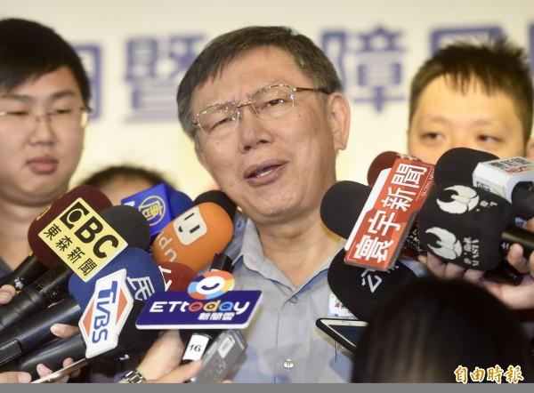 台北市長柯文哲25日出席「2018國際身心障礙者日暨身障日照中心啟動記者會」,接受媒體訪問。(記者簡榮豐攝)