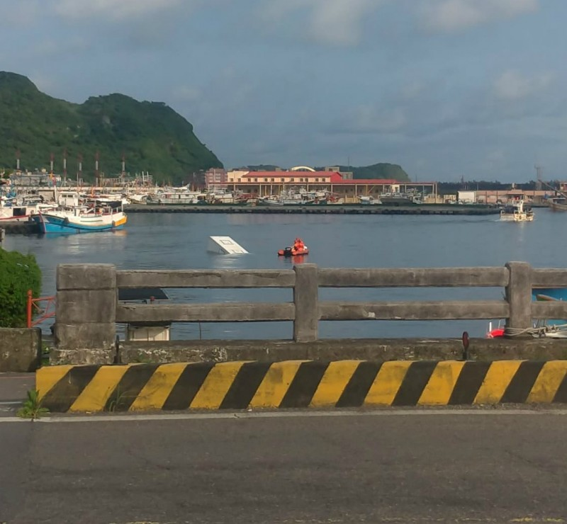 有民眾今上午在臉書分享,基隆的八斗子漁港驚傳有3輛貨車落海的畫面,引發網友議論。(民眾提供)