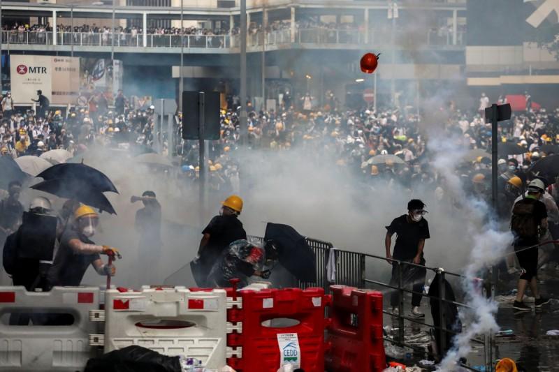 香港爆發「反送中」抗爭,更出現暴力衝突。(路透)