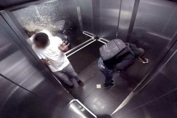 「結屎臉」的民眾隨後整個崩潰,在電梯內大聲尖叫。(圖擷取自YouTube)