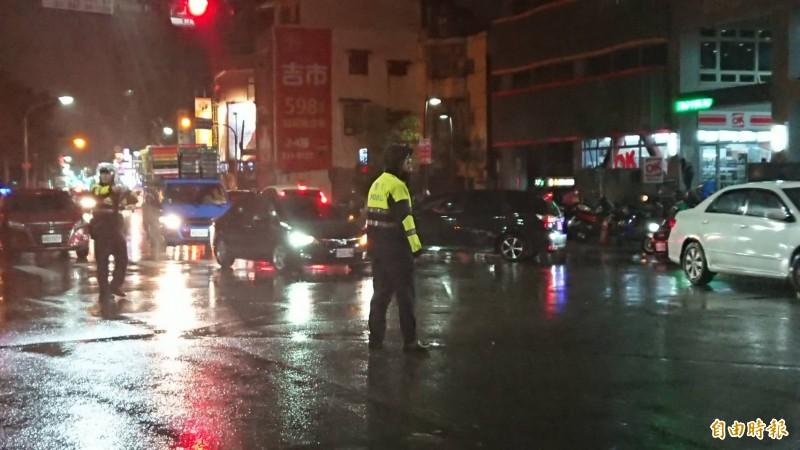 桃園市驚傳歹徒持槍彈挾持人質警匪對峙,桃園區三民路、中山東路口封鎖。(記者曾德峰攝)