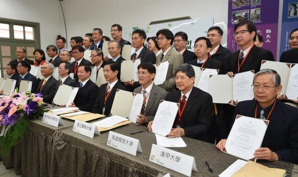 台灣綠色大學聯盟今日在台灣師範大學舉行聯合簽署塔樂禮宣言儀式,共有25所公私立大學代表參與簽署,承諾全力朝「綠色大學‧永續校園」發展。(記者廖振輝攝)