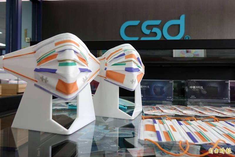 彩色口罩大廠的中衛公司,今年製作的國慶口罩出爐了,以「多元聲音」國慶主視覺的幾何色塊,呈現台灣民主的繽紛多彩。(記者劉曉欣攝)