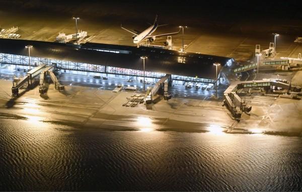 關西機場受颱風影響大淹水,機場於下午三點宣布全面關閉。(美聯社)