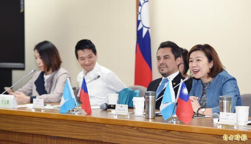 民進黨立委林靜儀(右一)今天舉行「台灣與瓜地馬拉國會友好聯誼會」成立大會,瓜地馬拉大使葛梅斯(Willy Alberto Gomez Tirado)(右二)出席。(記者廖振輝攝)