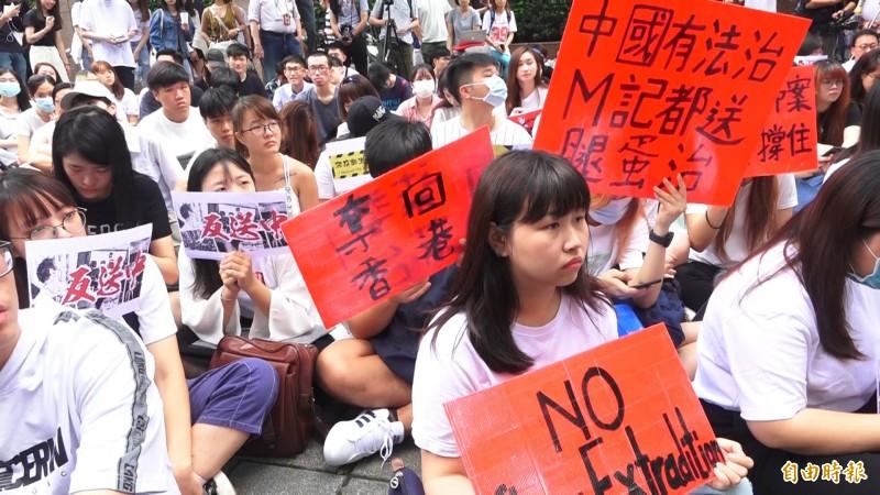 抗議香港政府二讀通過《逃犯(送中)條例》修訂草案,在台北信義區香港經貿辦事處門前,今天也聚集聲援人潮。(記者胡姿霞攝)