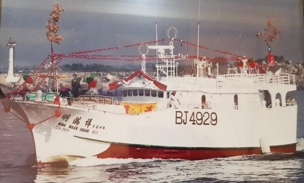 明滿祥38號現正由海巡艦艇戒護返航中。(記者陳彥廷翻攝)