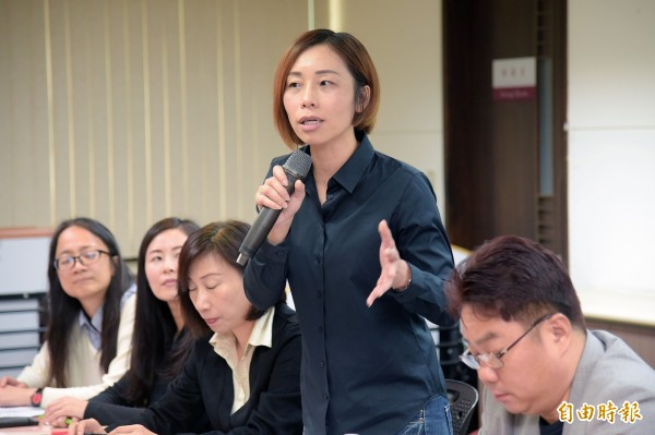 中華民國身心障礙聯盟等多個團體31日下午舉行「反對輔具納入醫療器材」聯合記者會,秘書長滕西華(右2)現場說明行動輔具將受到的相關影響。(記者黃耀徵攝)