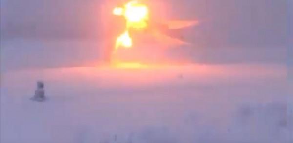 轟炸機在降落的過程中斷成兩截,隨後便化為兩團火球。(圖擷取自YouTube)