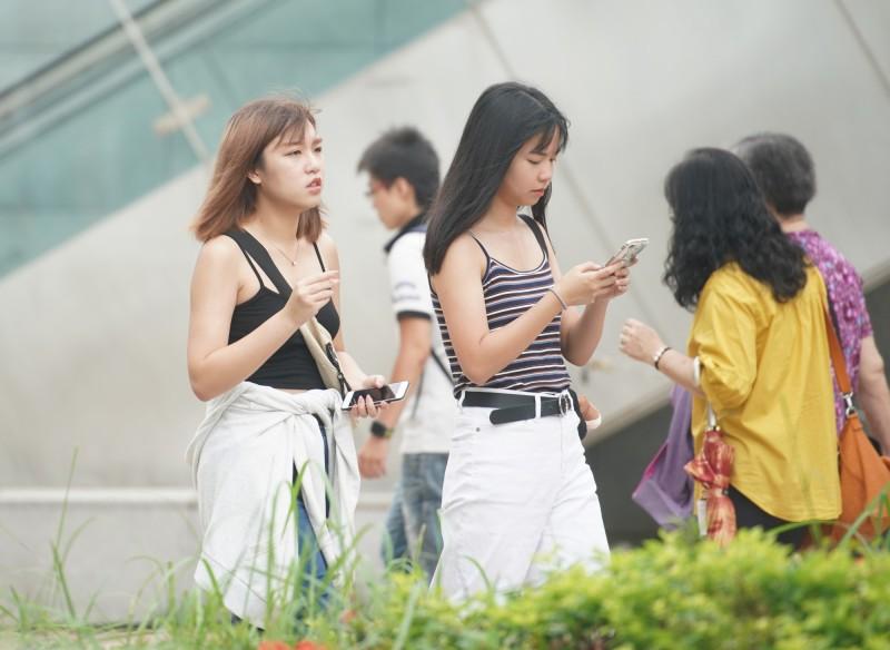 明(22)日雙北有達36度高溫的機會,氣象局提醒民眾慎防熱傷害。(資料照,記者黃志源攝)