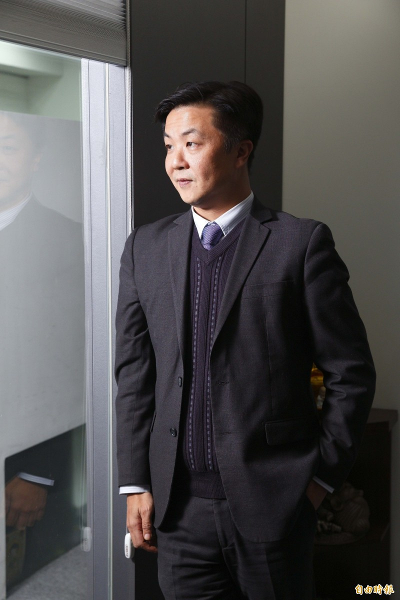 兩岸關係發展向來受到民眾關注,知名律師呂秋遠今(26)日在臉書發文回復一名「亡國感好重」的網友,他不認為台灣會這麼容易被摧毀,「我對於我們可以逐漸改變這個社會有信心」。(資料照)