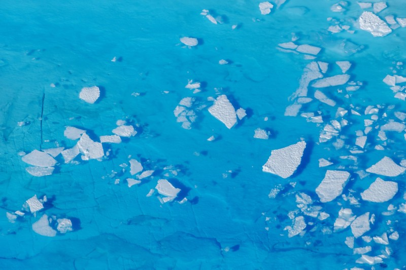 格陵蘭冰層月初發生有史以來最大規模的單日融冰現象,一天內流失125億噸冰。(路透)