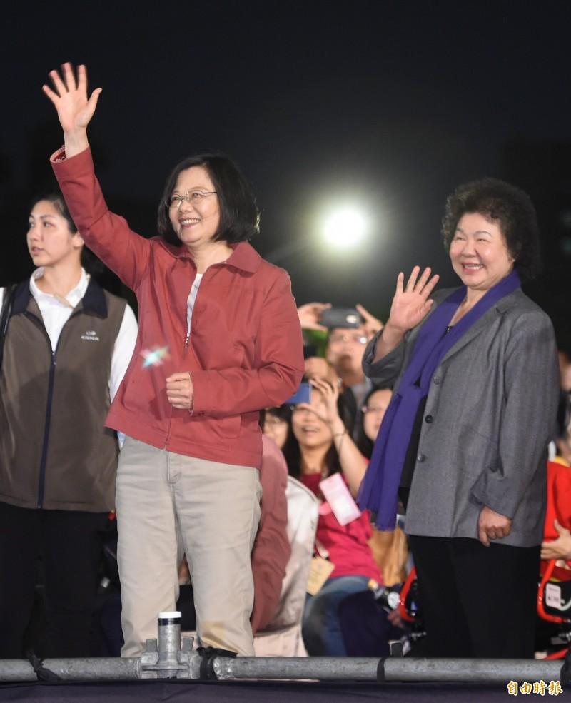 2019年總統府音樂會6日晚間7時在凱道登場,總統蔡英文也前來欣賞音樂表演,並向全場熱情的民眾揮手致意。(記者劉信德攝)