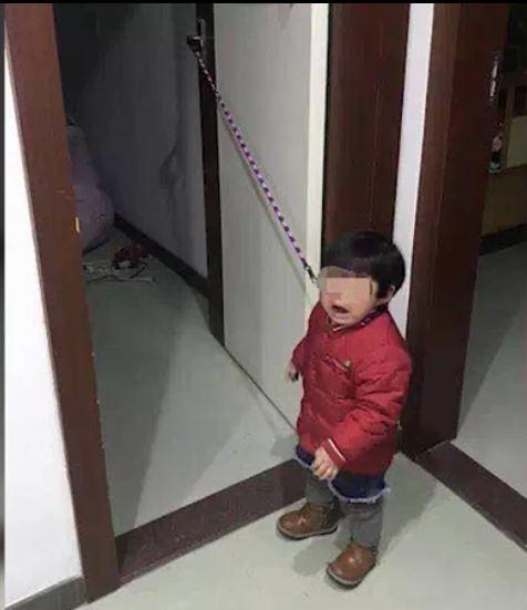 小許被綁在門旁邊感到非常恐慌。(圖擷自觸電新聞)