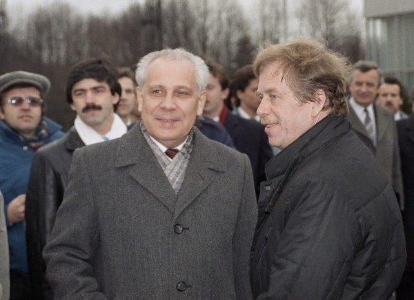 苏联最高苏维埃最后一任主席卢基扬诺夫(左)已在周三(9日)逝世,享寿88岁。(美联社)