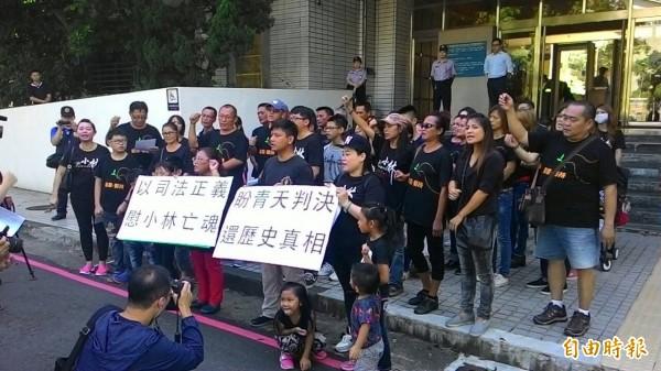 小林村滅村案二審開庭,災民聚集法院門口前高喊要真相。(記者鮑建信攝)