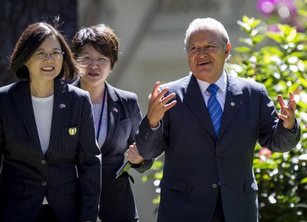 總統蔡英文(左)13日與薩爾瓦多總統桑契斯(右)會面。(美聯社)
