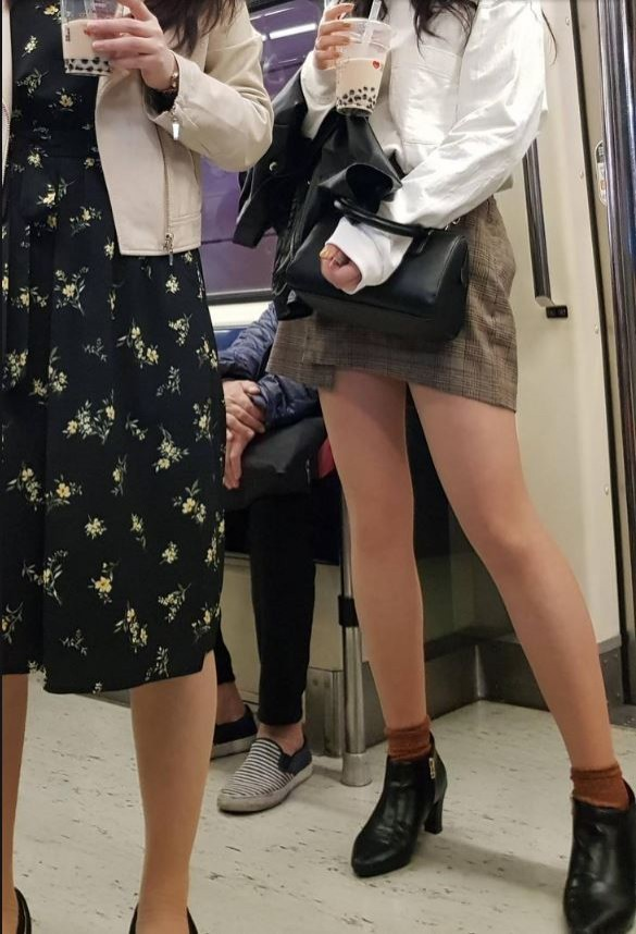 今年4月初有2名打扮入時的外國女乘客站在北捷車廂內喝著珍珠奶茶,但因為原PO的拍照角度「太邪惡」,讓其他網友留言通通「歪樓」。(擷取自PTT)