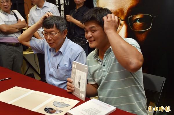 台北市長柯文哲30日舉辦「光榮城市」城市巡迴新書分享會,分享出書心得,幫粉絲簽書並合影。(記者簡榮豐攝)
