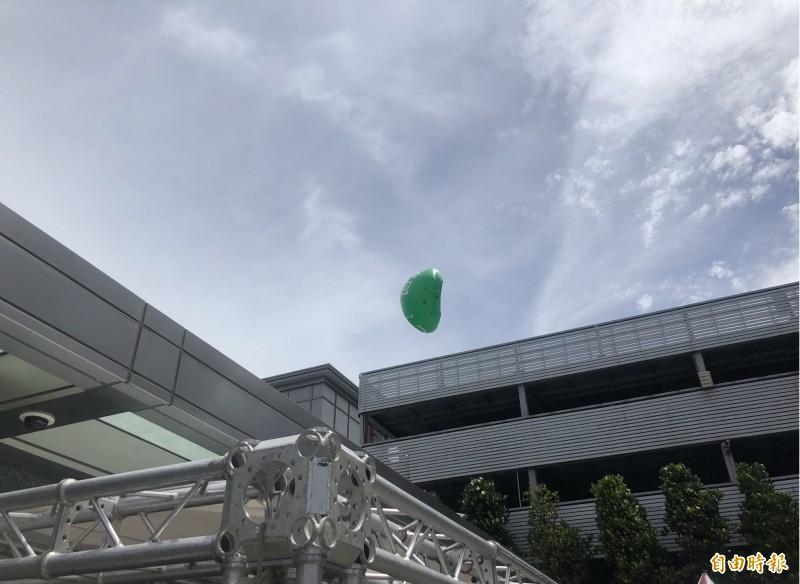 長榮航空在公司停車場放出的「回家吧」大型空飄氣球,不敵強勁風力,被吹到破掉洩氣。(記者魏瑾筠攝)