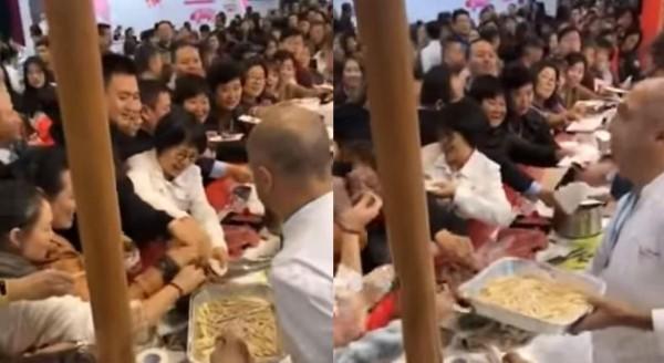 中國民眾在博覽會的蜂擁爭搶試吃,讓歐洲參展商傻眼。(圖擷取自影片)