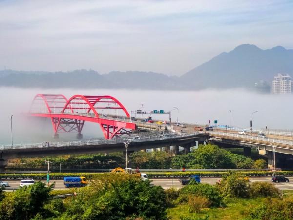 今天霧鎖淡水河,美景讓網友嘖嘖稱奇。(張逸帆提供)