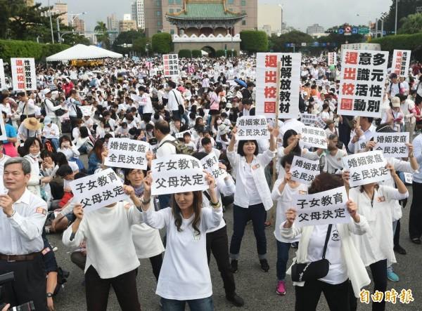 反同活動主辦方稱,凱道現場已有10萬人聚集,全台共17萬人參與。(記者廖振輝攝)