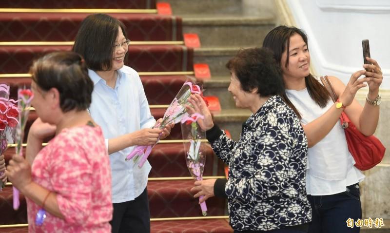 總統蔡英文12日在總統府內接見 「第十四屆college high全國制霸活動冠軍隊伍」,並贈發送康乃馨給前來總統府參觀的民眾,祝賀母親節快樂。(記者劉信德攝)
