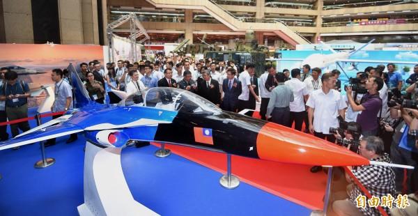 我國正進行「高教機國造」,圖為今年台北國際航太暨國防工業展在台北世貿展覽館舉行時,展出的高教機模型。(資料照,記者方賓照攝)