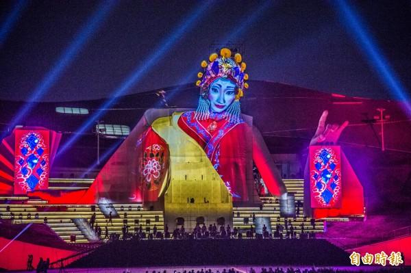 衛武營國家藝術文化中心今開幕,32公尺歌仔戲女旦意象璀璨登場。(記者張忠義攝)